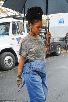 Costume:Rihanna had on her baggy overalls, a green camo T-shirt, brown belt with big gold buckle and black combat boots