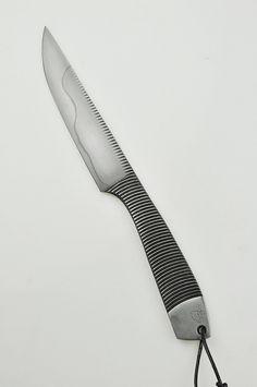 Bonjour à tous, Nontron c'est très bientot. Voila un des couteaux déjà prêt pour ce salon, que je ferai pour la première fois. Il s'agit d'une vielle lime un chouia transformée :) Michel
