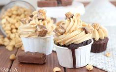 Das ich euch heute diese üppigen Snickers Cupcakes präsentieren kann, grenzt wirklich an ein Wunder. Ich möchte nicht  dramatisch wirk...