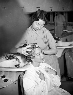 Pat Kirkwood has her hair washed and cut for the role in the Peter pan pantomine - Date: Vintage Makeup, Vintage Beauty, Rockabilly Makeup, 50s Makeup, Crazy Makeup, Makeup Art, Free Haircut, Barber Haircuts, Chelsea Fans