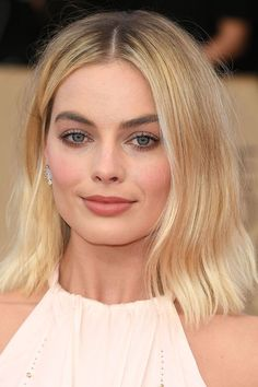 Margot Robbie: Best Beauty Looks at the SAG Awards 2018 Atriz Margot Robbie, Margot Elise Robbie, Margo Robbie, Actress Margot Robbie, Margot Robbie Wedding, Celebrity Makeup Looks, Celebrity Beauty, Natalie Portman, Jessica Chastain