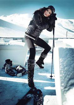RANDO RÉTRODoudoune en polyamide, Geox, fuseau Fusalp. Masque Chanel, moufles et chaussures de ski, Salomon, bottes vernies, Geox, skis Bogner, bâtons Gipron à la Poudreuse.