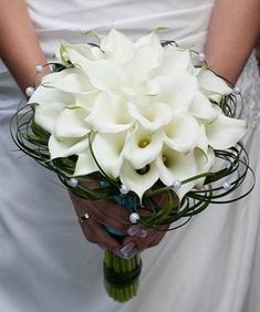 The bouquet is just a small bouquet, but it carries the happy love and happy future of the bride and groom. A striking bouquet not White Wedding Bouquets, Bride Bouquets, Flower Bouquet Wedding, Bridesmaid Bouquet, Calla Lily Wedding, Calla Lily Bouquet, Hand Bouquet, Calla Lilies, Deco Floral