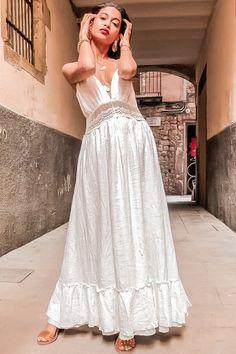 860ee6a17fc On craque pour cette jolie robe longue et fluide blanche ! Dos nu Broderie  à la