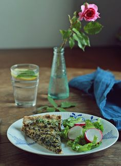 Zielenina: Pełnoziarnista, ziołowa tarta z bobem, botwinką i bryndzą