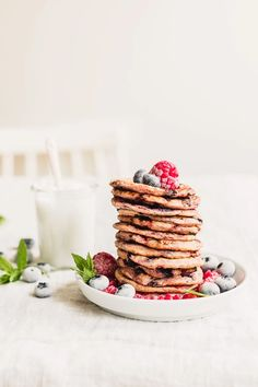 Happy Pancakes, Yogurt Pancakes, Good Morning Breakfast, Vegan Blueberry, Plant Based Eating, Food Website, Vegan Breakfast Recipes, Base Foods, Food Print