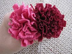 Flowers made out of T-shirt yarn.