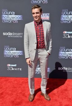 See All the Stars at the Young Hollywood Awards!: Dave Franco, who won the Fan Favorite Award, smiled while walking the Young Hollywood Awards red carpet. Celebrity Outfits, Celebrity Crush, Tom Franco, Franco Brothers, Actor James, I Like Him, Weekly Outfits, Fiestas, Backgrounds