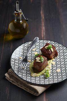Facile, veloce, sfiziosa: la ricetta dei cubotti di Wagyu con asparagi, mandorle, basilico permette di portare in tavola le proprietà di 2 alimenti genuini.