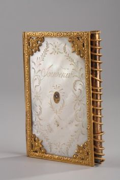 Carnet de bal Charles X en nacre et bronze doré, travail du Palais-Royal