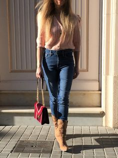 Discover how to incorporate an evening bag to your everyday outfits. #style #estilo #styleblog #styleinspiration #bags #bolsos #eveningbags #bolsosdefiesta #michaelkors #michaelkorsbags Everyday Outfits, Evening Bags, Michael Kors Bag, Capri Pants, Style Inspiration, Beauty, Fashion, Outfit, Style