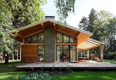 Roof Overhang for a Contemporary Exterior with a Gable Roof and Woodlark House by Roman Leonidov Roof Design, Exterior Design, Cafe Exterior, Ranch Exterior, Exterior Shutters, Exterior Stairs, Chalet Modern, Wooden House Design, Wooden Houses