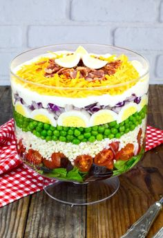 7 Layer Salad Recipe (With Video!) This beautiful, fresh salad will wow your family and friends before it even hits their plates! With tons of texture and literally layers of flavor, my version of. Easy Desserts, Dessert Recipes, Dinner Recipes, Health Desserts, Party Recipes, Dinner Ideas, Salada Light, Seven Layer Salad, Soup And Salad