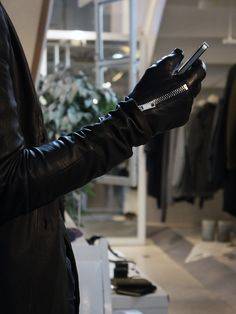 fascinate2007: Zip Leather Gloves - S'exprimer. The gloves are made from a buttery soft lamb leather and is lined with wonderfully soft silk boa. It features a durable raccagni zip between the thumb and pointer finger for easy wear.The gloves feature panels on the tip of the thumb, pointer finger, and middle finger that makes screens on smartphones and tablets possible easy to touch.
