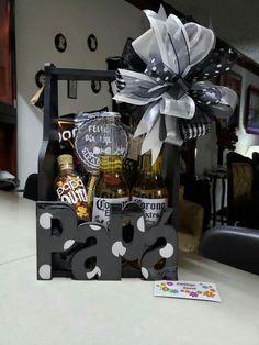 Creative Gift Baskets, Gift Baskets For Him, Diy Gift Baskets, Gin Gifts, Alcohol Gifts, Simple Gifts, Easy Gifts, Personalised Gifts Diy, Gift Box For Men