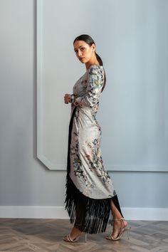 880e9410a Vestidos largos Otoño Invierno · Vestido asimétrico de corte midi de manga  larga con flecos negros confeccionado en terciopelo estampado con