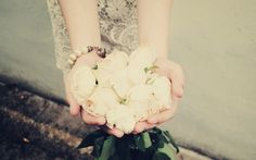 mãos, rosas, flores brancas, pulseira, menina