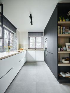 Voor hobbykok Michael is koken een echte passie. Een goed uitgeruste en praktisch ingerichte keuken was dan ook een must in hun nieuwe stekje in Overijse. De oude keuken was aan vervanging toe en maakte plaats voor een tijdloze keuken waarin hij en zijn echtgenote Sandra zich helemaal kunnen uitleven. #interieurdesign #keuken #keukeninspiratie Totalement, Middle, Kitchen Cabinets, Street, Home Decor, Timeless Kitchen, Functional Kitchen, Cook, Living Spaces
