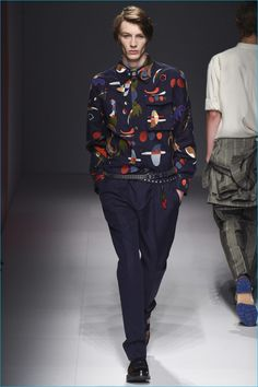 Salvatore Ferragamo Spring 2017 Menswear Fashion Show Collection: See the complete Salvatore Ferragamo Spring 2017 Menswear collection. Look 17 Salvatore Ferragamo, Fashion Show, Mens Fashion, Milan Fashion, Fashion Styles, Vogue Paris, Printed Shirts, Men Casual, Casual Wear