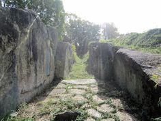 「玄室の石敷き」 天理市勾田にある塚穴山古墳。石舞台古墳に匹敵する巨大な横穴式石室が南に開口しています。天理高校敷地内。