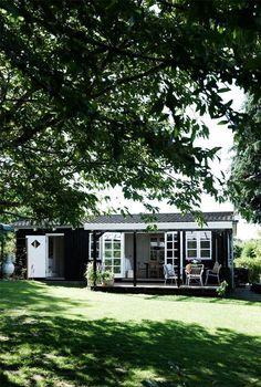 Kom med indenfor i Cecilie og Thomas skønne kolonihavehus. Exterior Makeover, Garden Studio, Small Buildings, Cottage Interiors, Cozy Cottage, Scandinavian Home, Beautiful Architecture, Little Houses, House Painting