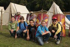 Begeisterte Schüler vor einem Lager