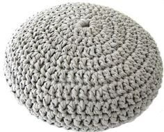 Crocheted pouf pattern. Made with t-shirt yarn. poef grijs blog