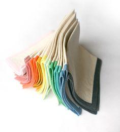 J'ai remarqué de jolies serviettes bicolores ici. (The Purl Bee) L'idée est simple mais brillante ! Je n'ai pas pu m'empêcher de faire le plein de biais de toutes les couleurs ! Je vous conseille de prendre plus d'un mètre (sans calculer quoique ce soit, j'ai pensé que ça suffirait), sauf que divisé par 4 …