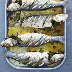 Deze vis uit de oven met Italiaans tintje is heel makkelijk om te bereiden en het resultaat is verbluffend! Eet er een frisse salade bij met een portie aardappeltjes uit de oven.     1 Verwarm de oven voor op 180 °C.    2 Was de zeebaarzen onder de...