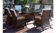 Conjunto de comedor muy cómodo y con un bonito diseño. El conjunto está compuesto por una mesa rectángular con cristal y seis sillones fabricados en ratán sintético el cual le garantizará una mayor durabilidad y comodidad en limpieza.