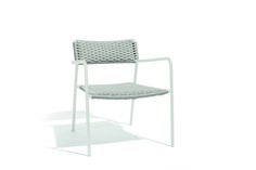 Manutti // White garden lounge chair. The chair comes with a high, curved, rectangular backrest and a firm but supple seat in a woven rope finish, for an unparalleled seating experience – Echo Collection #outdoorfurniture #outdoorluxury Garden Lounge Chairs, Outdoor Chairs, Outdoor Furniture, Outdoor Lounge, Outdoor Decor, White Rope, White Gardens, Luxury, Design