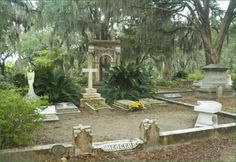 Bonaventure Cemetery in Savannah, Ga. Academy Award-winning lyricist Johnny Mercer and Georgia's first governor Edward Telfair are among those buried in the cemetery. John Berendt's book, Bonaventure Cemetery, Popular Hobbies, Southern Gothic, Cemetery Art, Catacombs, Big Sky, Art And Architecture, Savannah Chat, Monuments