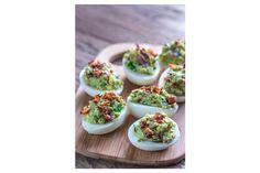 Un modo insolito di cucinare le tradizionali uova sode ripiene? Eccolo! Queste sono molto saporite e possono essere preparate in anticipo, si conservano in frigorifero. INGREDIENTI - 6 uova sode sgusciate - 1 avocado tritato - 2 cucchiai di bacon cottoe tagliato a pezzettini - 1 jalapeño tritato finemente - 1 cucchiaio di cipolla rossatagliata a dadini - 2 cucchiai di pomodorotagliato a cubetti - 1 cucchiaio di succo di lime - 1 cucchiaio di coriandolo - sale e pepe q.b. - pepe di Cayenna…