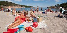 Strandliv på Sørlandet er både en billig og behagelig aktivitet i sommervarmen.