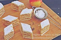 Mod de preparare Prajitura frageda cu mere: Topiti intr-un vas untul, lasati-l sa se racoreasca si adaugati ouale usor batute. Puneti faina amestecata cu 3 linguri zahar, praful de copt si sarea in...