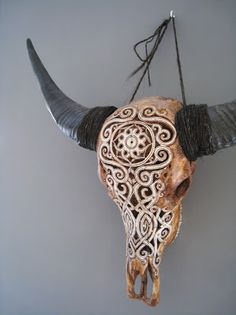 As an avid hiker who enjoys collecting animal bones found on my adventures, this decorative display idea further increases my desire of happening upon a horned animal skull.
