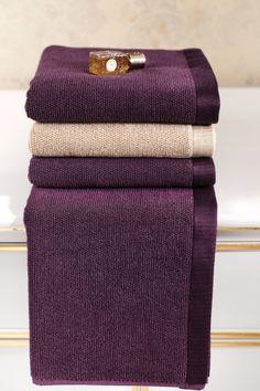 A 100%-os fésült pamutból készített LORD fürdőlepedők igazi puhaságot és állandóságot jelentenek az Ön fürdőszobájába. A kínálatunkban a LORD férfi fürdőköpenye is találhatóak ugyan ebben a dizájnban.