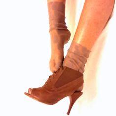 Meias de Tule - As Moças que Costuram - Nossas meias de tule são um acessórios de moda minimalista e podem ser usadas de todas as formas, com saltos, sapatos, tênis, rasteirinhas, com um vestido de noite e calças jeans. Encomendas: asmocasquecostura... ou Whats 51 981128631