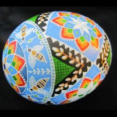Ukrainian Pysanka (Pysanky) Easter Egg by Katrina Lazarev. Ukrainian Easter Eggs, Ukrainian Art, Carved Eggs, Easter Egg Designs, Popular Art, Egg Art, Easter Holidays, Egg Decorating, Bee
