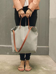 Die Schultertasche Elin ist aus 100% Canvas, zwei Trageriemen und einem Schulterriemen aus echtem Leder hergestellt. Der reine Baumwollstoff ist sehr