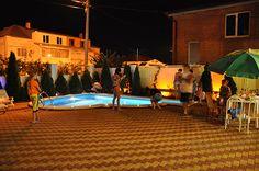 вечерний отдых у бассейна
