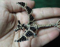 Escultura en miniatura dragón con cuentas de oro y negro