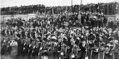 Las tropas en el puerto esperando el desembarco de la Infanta de Borbón...