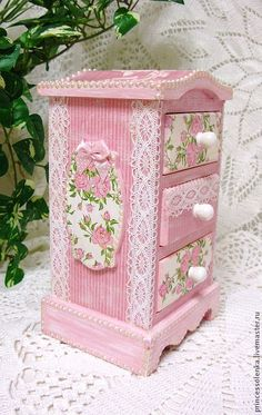 Shabby Chic Pink Three-drawer Jewelery Box with Decoupaged Roses Decoration and Pearl and Lace Edging Shabby Chic Crafts, Shabby Chic Pink, Shabby Chic Homes, Shabby Chic Style, Shabby Chic Decor, Shabby Chic Furniture, Painted Furniture, Bedroom Furniture, Hobby Design