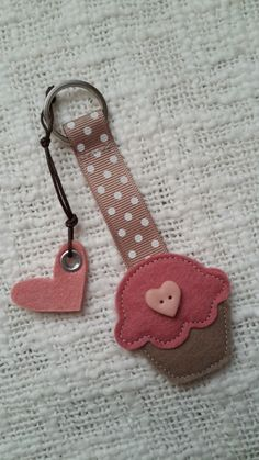 Una S. Comunione… molto dolce! Felt Diy, Felt Crafts, Fabric Crafts, Sewing Crafts, Diy And Crafts, Sewing Projects, Arts And Crafts, Felt Keychain, Keychains