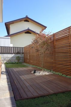庭のデザイン:ガーデン「ウッド+芝庭」 埼玉県さいたま市をご紹介。こちらでお気に入りの庭デザインを見つけて、自分だけの素敵な家を完成させましょう。 Fence Design, Garden Design, House Design, Patio Gazebo, Backyard Landscaping, Backyard Projects, Garden Projects, Exterior Design, Interior And Exterior
