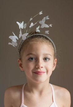 DIY Paper Butterfly Headpiece Tutorial from This Heart of Mine. This was made to be worn with a Halloween ballerina costume. You can buy butterflies in the scrapbooking section if you don't want to cut out a bunch. (via truebluemeandyou) Halloween Costumes You Can Make, Diy Costumes, Halloween Diy, Costume Ideas, Halloween Cosplay, Halloween Stuff, Vintage Halloween, Halloween Makeup, Fascinator Hats