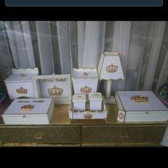 Kit higiene completo princesa: Porta-fraldas, cheguei, farmácia, caixa p/ tiaras, bandeja com 2 potinhos, lixeira e abajur. #kitprincesa #bebê #decoracao #maedemenina #kithigiene #mdf #mamaes Decoupage, Kit Bebe, Arte Country, Baby Kit, Decorative Boxes, Gift Wrapping, Place Card Holders, Photo And Video, Frame