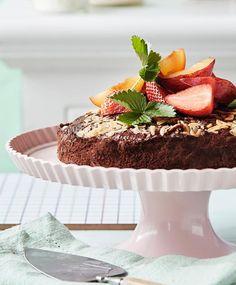 Bugner køkkenskabene med rester af mysli, gryn, nødder og kerner? Tryl dem om til den dejligste chokoladekage! Så undgår du både madspild og sparer penge. Få opskriften her.