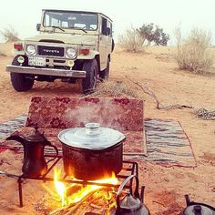 Toyota Land Cruiser FJ 40 on a desert camping trip. Fj Cruiser, Toyota Land Cruiser, Vintage Trucks, Vintage Jeep, Toyota Fj40, Best 4x4, Expedition Vehicle, Life Is An Adventure, Classic Trucks